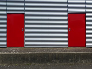 Wellblechfassade mit roten Türen am Segelflugplatz Oerlinghausen