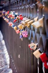 Cadenas au pont Saint Charles à Prague