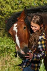 Mädchen feixt mit Pferd