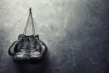 Stare rękawice bokserskie powiesić na gwoździu na ścianie tekstury