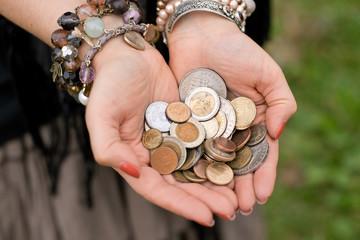 Руки цыганки с монетами