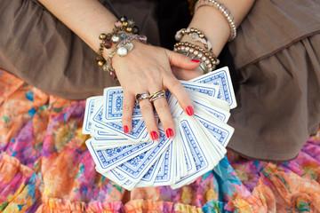 Руки гадалки с картами рубашкой вверх