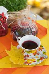 Чашка на блюдце с чаем каркаде