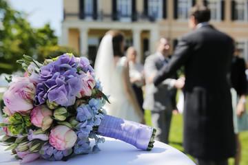 Brautstrauß, Hochzeitspaar nimmt Glückwünsche entgegen