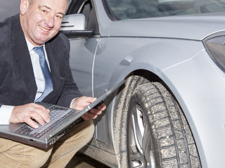 Man with laptop Controls the car