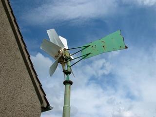 Windrad mit grüner Wetterfahne in Wellentrup bei Bromberg