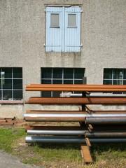 Verroste Rohre vor einer alten Werkstatt in Wellentrup