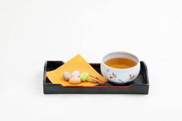 ピーナツ入りの和菓子と日本茶