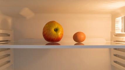 Apfel und Ei im Kühlschrank