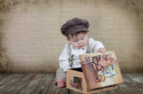 Kind mit Spielzeugkiste