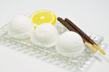 Vanilleeis mit Zitrone