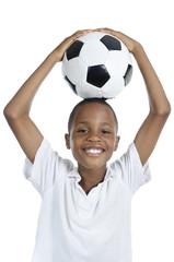 Afrikanischer Junge mit Fussball lächelt