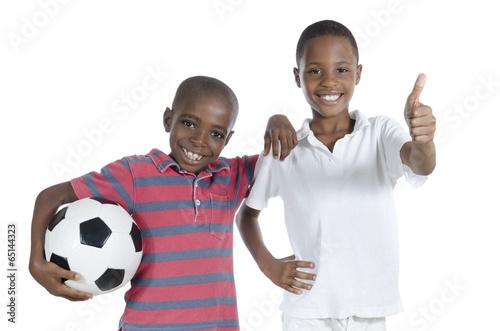 canvas print picture Zwei afrikanische Jungs mit Fussball halten Daumen hoch