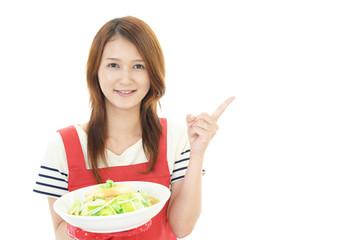 料理を楽しむ主婦