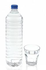 Bouteille et verre d'eau