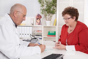 Arzt und Patient in Besprechung