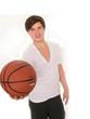Smarter Junge posiert mit Basketball