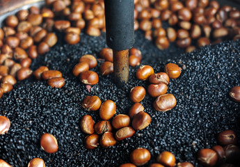 Movement of roasting chestnut pot