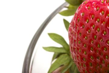 Erdbeere 'Elianny' Nahaufnahme auf weißem Hintergrund