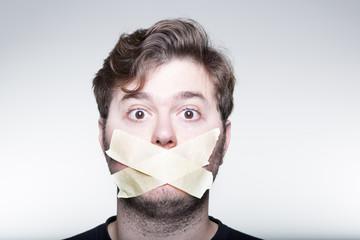 Hombre con la boca tapada