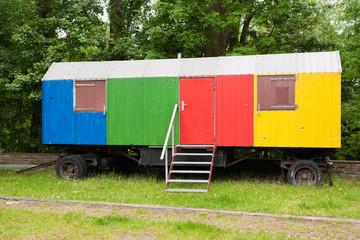 Ein bunt bemalter Bauwagen