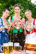 Junge Frauen in traditionellem Outfit im Biergarten
