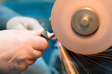 Borer sharpening with abrasive disc cutter machine