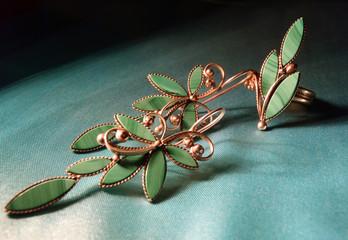 Серьги и кольцо с малахитом крупным планом