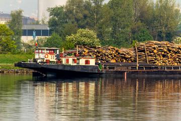 Schiff mit Holz beladen