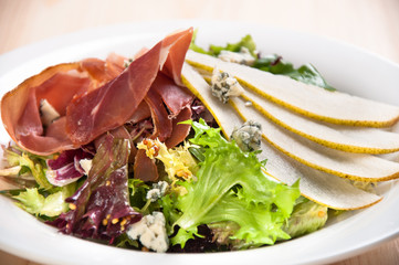 Freash green salad with pears and jamon