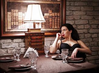 Девушка за ресторанным столиком