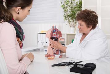 Gespräch beim Doktor: Arzt und Patient