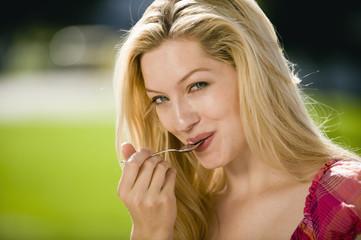 Deutschland,Bayern,Oberbayern,junge Frau berühren den Mund mit Löffel,Portrait