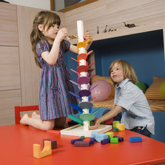 Boy (8-9) und Mädchen ( 6-7) spielen zusammen,Portrait