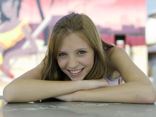 Teenager-Mädchen lehnt auf dem Tisch , Portrait