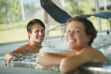 Italien,Südtirol,Paar im Swimmingpool des Hotels urthaler