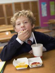 Boy (4-7) essen Fast Food,Portrait,close-up