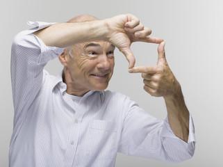 Portrait eines älteren Mann,mit einer Geste der Hand über der anderen