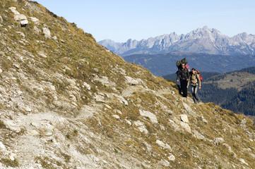 Österreich, Salzburger Land , Junges paar Wandern