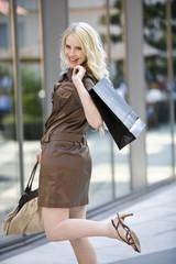 Junge Frau einkaufen gehen , lächelnd