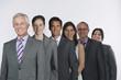 Geschäftsleute stehen in Zeile vor weißem Hintergrund,lächelnd