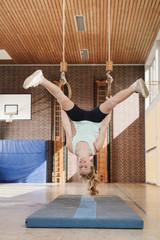 Deutschland,Emmering,Mädchen (12-13) hängen von fliegenden Ringe,lächelnd,Porträt