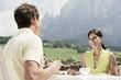 Italien,Südtirol,Seiseralm,Paar im Café mit Frühstück