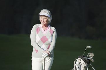 Italien,Kastelruth,Ältere Frau auf Golfplatz,lächelnd