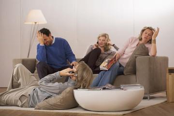 Familie sitzt im Wohnzimmer