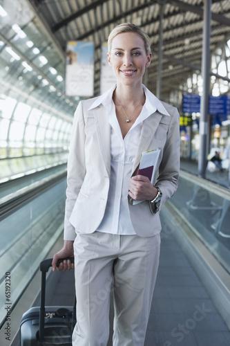 canvas print picture Deutschland,Leipzig -Halle,Flughafen,junge Frau mit Koffer auf travelator