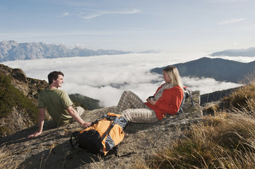 Österreich, Reiteralm , Wanderer auf Felsen, Frau mit Tasse ruht