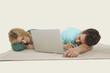 Paar liegend mit Laptop,Schlaf