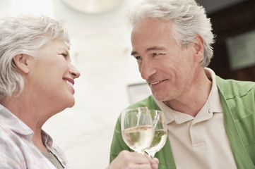 Italien,Südtirol,Älteres Paar mit Weinglas im Gästehaus