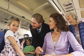 Deutschland,München,Bayern,Menschen mit Handy in der Economy- Klasse-Verkehrsflugzeug